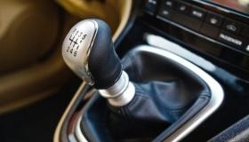 Какую передачу на МКПП нужно включать вместо ручного тормоза
